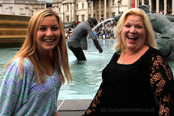Photo-me tour Phyllis and Jamie in Trafalgar Square 2014 with drunken man in fountain - photo by londonphototours