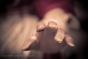 iamge of awhite glove and blurred background - phot graphy masterclass showing use of depth of fileld