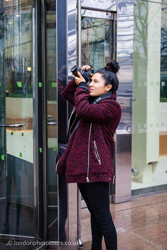 photography Course Guide - beginner course in London - student taking a photograph